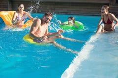 Gente que juega en la piscina Fotos de archivo libres de regalías
