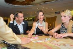 Gente que juega en la tabla del casino fotos de archivo libres de regalías
