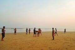 Gente que juega a fútbol en la playa Fotos de archivo libres de regalías