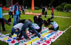 Gente que juega a juegos en festival de los deportes Fotos de archivo libres de regalías