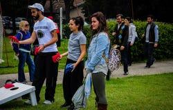 Gente que juega a juegos en festival de los deportes Imágenes de archivo libres de regalías