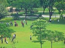 Gente que juega la bola Foto de archivo libre de regalías