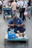 Gente que juega la música para la caridad del dinero en la calle que camina de domingo Imágenes de archivo libres de regalías