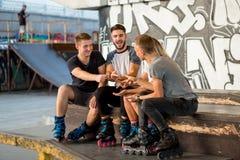 Gente que juega las tijeras de papel de la roca Fotografía de archivo