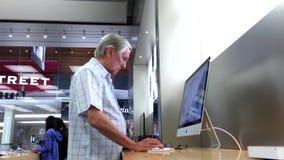 Gente que juega nuevo iMac