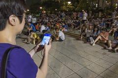 Gente que juega Pokemon en parque Imagen de archivo libre de regalías