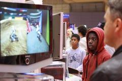 Gente que juega videojuegos Imagen de archivo libre de regalías