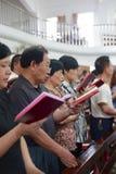 Gente que lee la biblia Fotografía de archivo libre de regalías