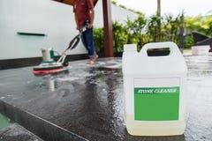 Gente que limpia el piso negro del granito con la máquina y químico tailandeses Imagen de archivo libre de regalías
