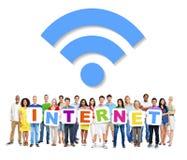 Gente que lleva a cabo Internet de la palabra con símbolo de Internet Fotos de archivo