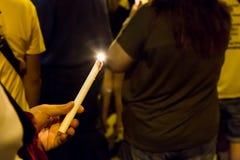 Gente que lleva a cabo vigilia de la vela en la esperanza que busca de la oscuridad, adoración, p Fotos de archivo