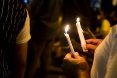 Gente que lleva a cabo vigilia de la vela en la esperanza que busca de la oscuridad, adoración, p Imágenes de archivo libres de regalías
