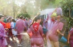 Gente que lucha con el vino de botas, de botellas y de cubos Imágenes de archivo libres de regalías