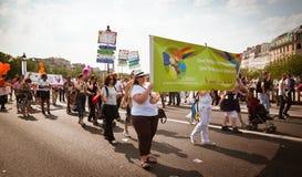 Gente que marcha durante el orgullo alegre París 2010 fotografía de archivo