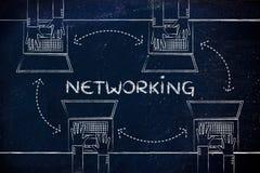 Gente que mecanografía en los ordenadores portátiles, establecimiento de una red y comunicando Imagenes de archivo