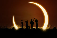Gente que mira eclipse solar Foto de archivo