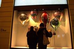 Gente que mira el escaparate de la tienda de la moda Fotografía de archivo