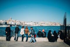 Gente que mira el mar fotos de archivo