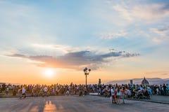 Gente que mira el panorama de Florencia Puesta del sol de Piazzale Miguel Ángel Toscana, Italia imágenes de archivo libres de regalías