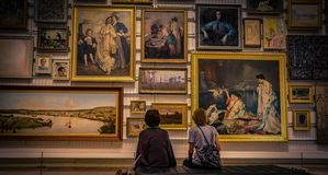 Gente que mira imágenes en galería fotos de archivo libres de regalías