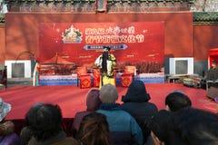 Gente que mira la ópera de Pekín Imagenes de archivo