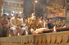 Gente que mira la ceremonia de Ganga Aarti en Varanasi Imágenes de archivo libres de regalías