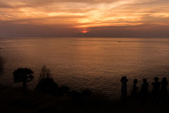 Gente que mira la puesta del sol Fotos de archivo libres de regalías