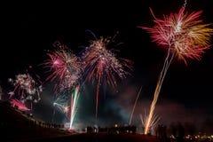 Gente que mira las celebraciones y los fuegos artificiales del Año Nuevo en el ` de Himmelsleiter del ` en Bochum, Alemania, 2016 Imágenes de archivo libres de regalías