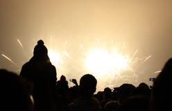 Gente que mira los fuegos artificiales de los nuevo 2011 años Imagen de archivo libre de regalías