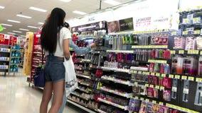 Gente que mira productos de la salud y de belleza