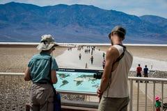 Gente que mira un mapa cerca de Death Valley imagen de archivo libre de regalías