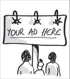 Gente que mira a una cartelera que hace publicidad. Imágenes de archivo libres de regalías