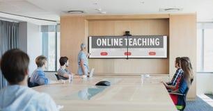 Gente que mira a una TV con la información del aprendizaje electrónico en la pantalla imagenes de archivo