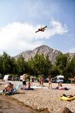 Gente que mira y que hace las fotos del aeroplano de los bomberos en la acción Fotos de archivo