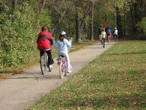 Gente que monta sus bicis Imagenes de archivo