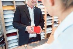 Gente que muestra experta de la cocina en sus materiales y colores de la sala de exposición fotografía de archivo libre de regalías