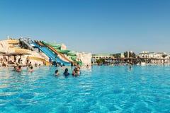 Gente que nada en el hotel de la piscina del parque del agua en Hurghada Egipto Imágenes de archivo libres de regalías