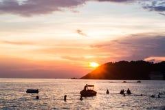 Gente que nada en el mar Imagen de archivo libre de regalías