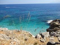 Gente que nada en el mar Mediterráneo Imágenes de archivo libres de regalías