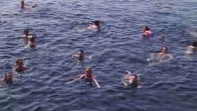 Gente que nada en el mar Partido en el yate Vacaciones Día asoleado Agua azul almacen de video