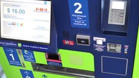 Gente que paga la multa de aparcamiento y que golpea ligeramente la tarjeta de crédito en el aeropuerto de YVR metrajes