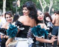 Gente que participa en el desfile de orgullo gay en Madrid Foto de archivo