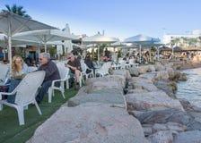 Gente que pasa la Navidad en la playa en Eilat, Israel Imagen de archivo libre de regalías