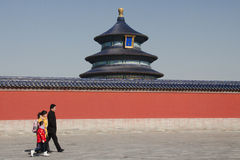 Gente que pasa por el Templo del Cielo en Pekín Foto de archivo libre de regalías