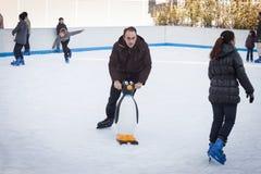 Gente que patina en pista de hielo en Milán, Italia Fotografía de archivo libre de regalías