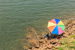 Gente que pesca con caña que se sienta con una pesca Fotos de archivo libres de regalías