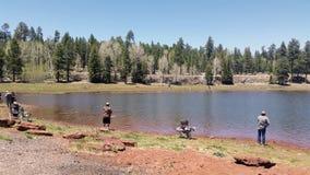 Gente que pesca y que disfruta del día en uno de los lagos múltiples del registro imágenes de archivo libres de regalías