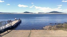 Gente que pesca y que disfruta del día en uno de los lagos múltiples del registro fotos de archivo libres de regalías