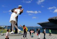 Gente que presenta cerca de la estatua que se besa de la entrega incondicional, San Diego, California, 2016 Fotografía de archivo