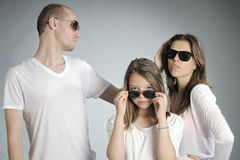 gente que presenta con las gafas de sol Imágenes de archivo libres de regalías